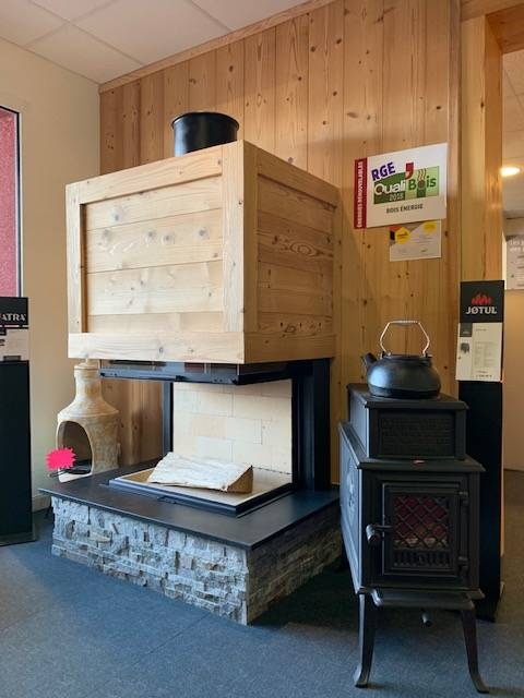 Showroom Jotul Saillagouse, Eric Ballester, cheminées et foyers fermés, bois, pierre, granit