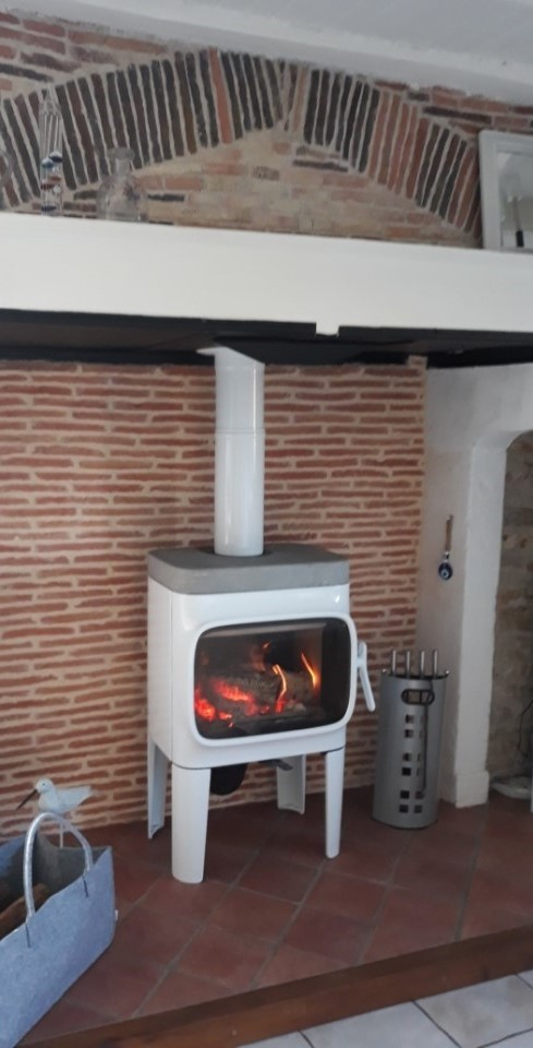 photo rénovation, cheminée, poêle à bois, JOTUL F 305 R LL, émail blanc, dessus pierre ollaire, JOTUL Savigné, Giraud & fils