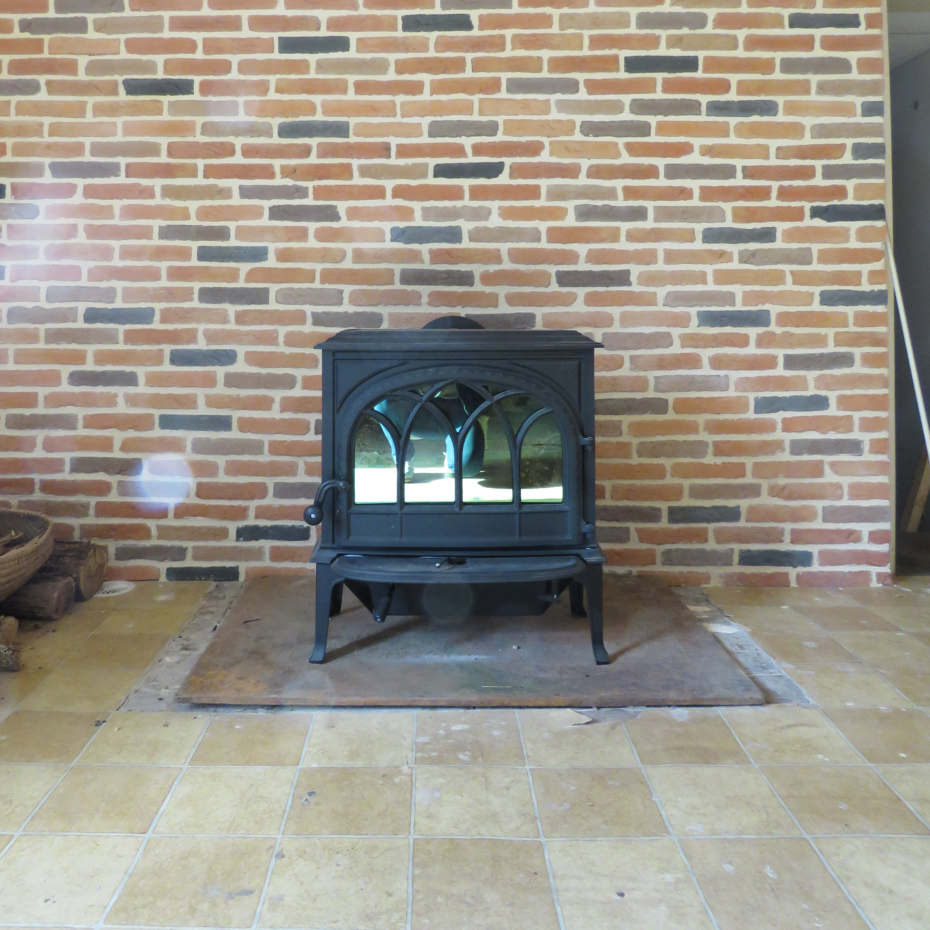 photo installation, poêle à bois, JOTUL F 400, classique, fonte, brique 5 tons, JOTUL Savigné, Giraud & fils