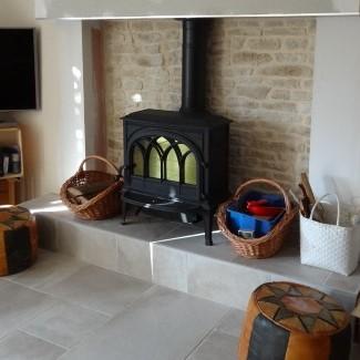 photo rénovation, cheminée, poêle à bois, classique, JOTUL F 400, arcades, parement pierre, JOTUL Savigné, Giraud & fils