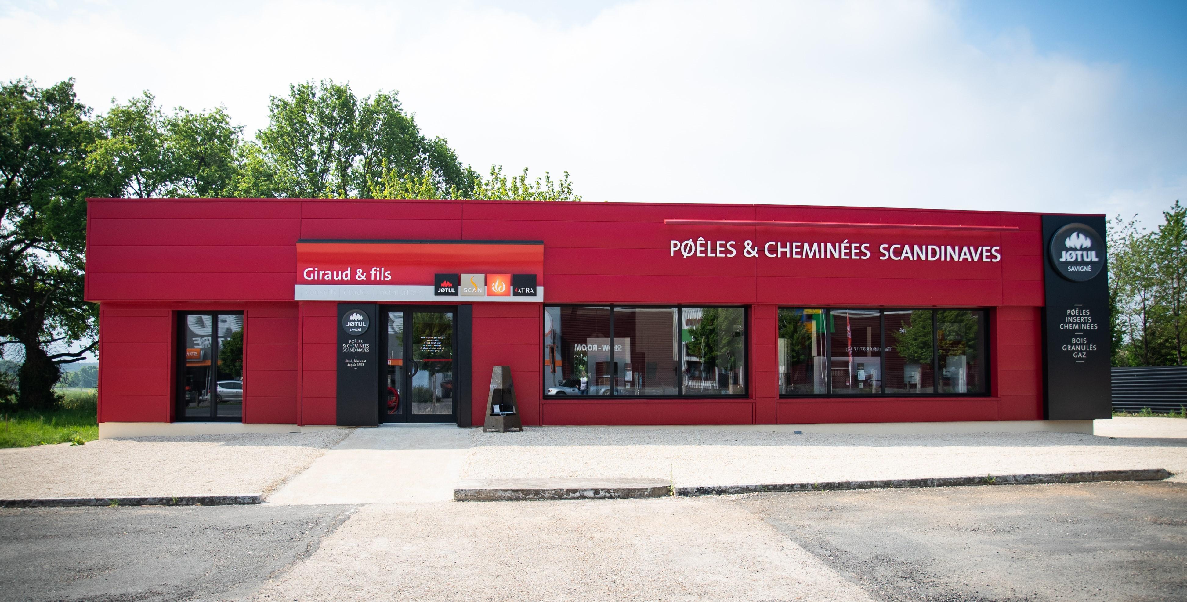 Showroom JOTUL Savigné, Giraud & fils, façade et parking, spécialiste des poêles et cheminées scandinaves